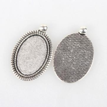 osnova za obesek - medaljon 43x27x2 mm, b. starega srebra, velikost kapljice: 20x30 mm, 1 kos