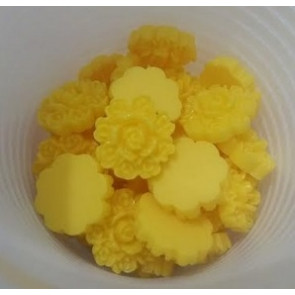 roža - umetna masa, vintage, 13x13 mm, debelina: 5 mm, rumena, 1 kos