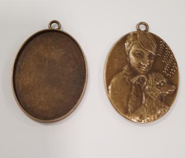 osnova za obesek - medaljon 47x33x3mm, antik, brez niklja, velikost kapljice: 30x40 mm, 1 kos