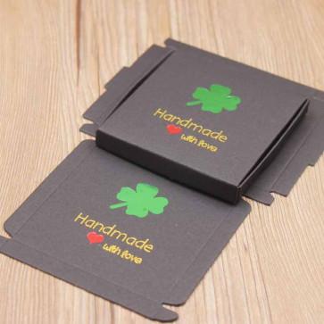 "darilna embalaža z vzorcem srčka, napis ""Handmade whit love"", 8.5x8.5x1 cm, črna b., 1 kos"