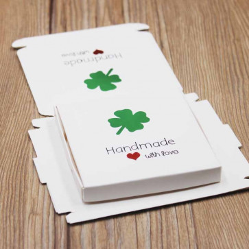 "darilna embalaža z vzorcem srčka, napis ""Handmade whit love"", 8.5x8.5x1 cm, bela b., 1 kos"