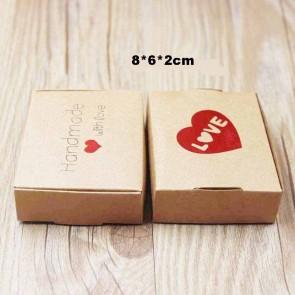 """darilna embalaža z vzorcem srčka, napis """"Love, Handmade whit love"""", 8x6x2 cm, naravna b., 1 kos"""