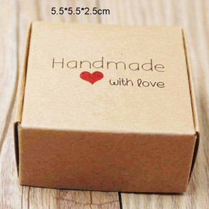 """zložljiva škatl iz kartona z vzorcem srčka, napis """"Handmade with love"""", 5.5x5.5x2.5cm, rjava b., 1 kos"""