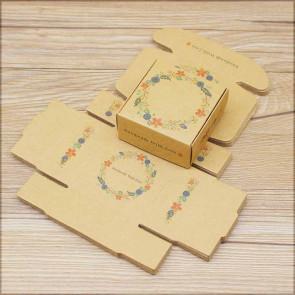 """zložljiva škatla iz kartona z vzorcem cvetja, napis """"Handmade with love"""", 6.5x6.5x3cm, rjava b., 1 kos"""