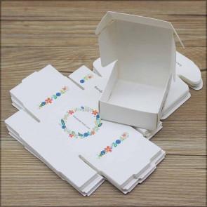 """zložljiva škatla iz kartona z vzorcem cvetja, napis """"Handmade with love"""", 6.5x6.5x3cm, bela b., 1 kos"""