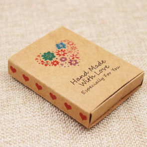 "darilna embalaža z kartončkom za nakit, napis ""Hand made With Love"", 7,3x5,4x1,2 cm, naravna b., 1 kos"