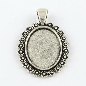 osnova za obesek - medaljon 43x28x2.5 mm, b. starega srebra, velikost kapljice: 18x25 mm, 1 kos